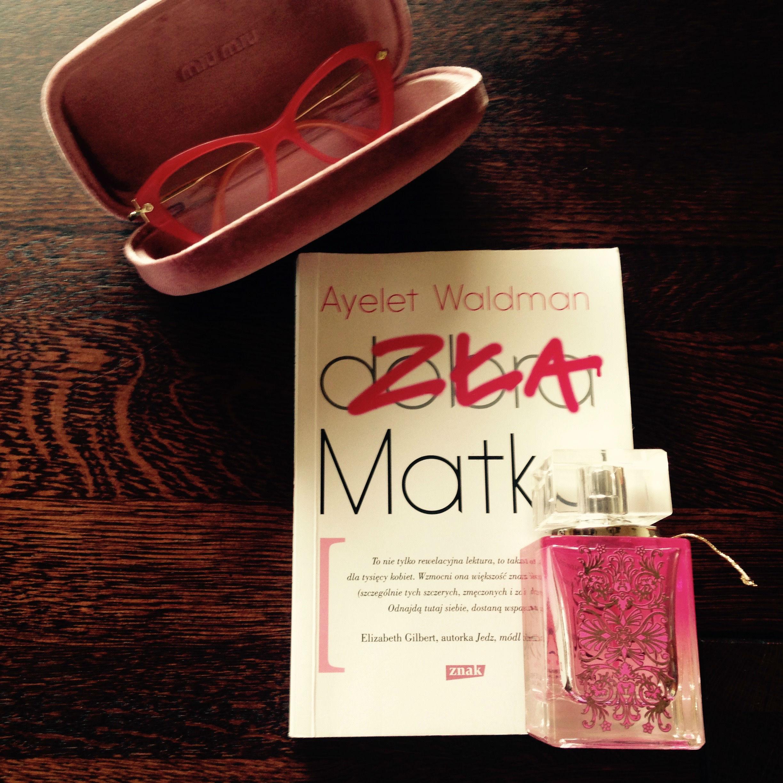 Książka amerykańskiej autorki Ayalet Waldman, obok iokulary Miu Miu